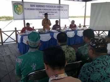 Wali Kota Palangka Raya Riban Satia memberikan arahan kepada kepala dinas saat Rakordal Triwulan I di lokasi wisata Kereng Bengkirai, Jumat (7/4/2017) pukul 13.30 WIB