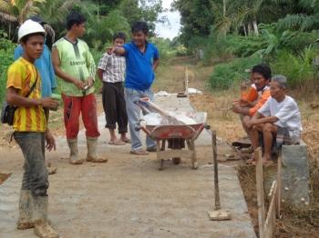Pekerja mengerjakan proyek jalan di Desa Rimba Sari, Kecamatan Teweh Tengah, Kabupaten Barito Utara.