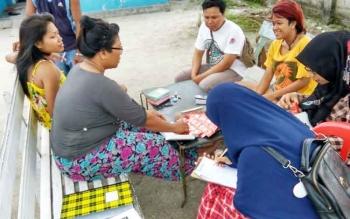 Sejumlah relawan bersama Komisi Penanggulangan AIDS Kabupaten Kobar membagikan kondom di lokalisasi Kalimati Baru untuk mencegah penyebaran HIV/AIDS.