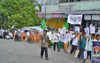 Sejumlah anggota HTI Kabupaten Kotawaringin Barat tengah menggelar pawai dalam kegiatan Ramadan tahun lalu.