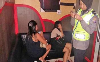 Seorang anggota polwan Polres Kotim sedang memeriksa KTP pengunjung di salah satu karaoke di Kota Sampit, Jumat (7/4/2017) malam.