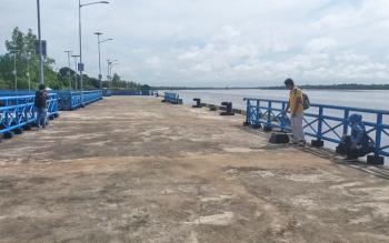 Pelabuhan Desa Pelangsian. Tak ada aktivitas kapal sandar. Kepala Desa Pelangsian, Darmansyan, Sabtu (8/4/2017), minta pemerintah segera mengoperasikan pelabuhan itu, agar mendongkrak perekonomian desa.
