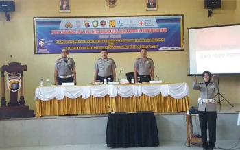 Kapolres Kotim AKBP Johanes Pangihutan Siboro didampingi Kabag Ops M Ali Akbar dan Kasat Lantas AKP Boni Arifianto saat pertemuan dengan komunitas keselamatan lalu lintas.