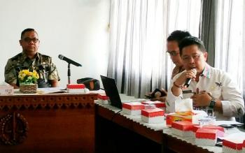 Kepala Dinas PUPR Barut, H Ferry Kusmiadi (kiri) didampingi Kabid Bina Marga, Zainudin (kanan)