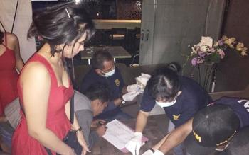 Petugas sedang melakukan tes urin terhadap pengunjung tempat hiburan malam di Kota Palangka Raya.