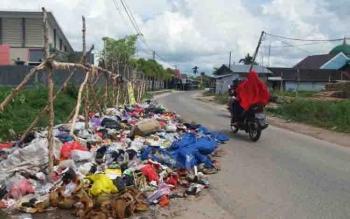 Tumpukan sampah di Jalan Panjaitan Selatan yang dibiarkan sehingga menimbulkan bau tak sedap.