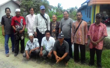 Anggota DPR RI Hamdhani (tiga dari kiri) foto bersama dengan kelompok tani Kecamtan Tamban Catur, Minggu(9/4/2017).