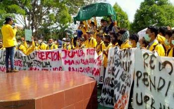 Ratusan mahasiswa Unpar menggelar demo di depan rektorat, Senin (10/4/2017).\\\\r\\\\n