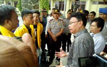 Tiga perwakilan mahasiswa melakukan negosiasi dengan Wakil Rektor bidang kerjasama, Danes Jaya Negara.
