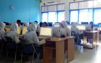 Siswa SMAN 1 Sukamara saat melaksanakan Ujian Nasioal Berbasis Komputer (UNBK).