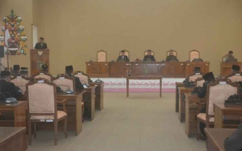 Ketua Pansus DPRD Katingan Fahmi Fauzi saat membacakan putusan MA pada paripurna istimewa di gedung dewan setempat, Senin (10/4/2017).