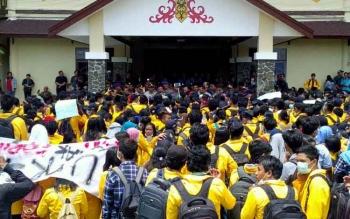 Ratusan mahasiswa demo di depan Rektorat Universitas Palangka Raya. Sementara itu, Polisi menerunjukan 200 personel mengamankan aksi tersebut.