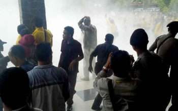 Demo mahasiswa di depan Rektorat Universitas Palangka Raya ricuh.