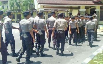 Aparat kepolisian datang untuk menambah pengamanan di barisan depan Rektorat Universitas Palangka Raya.