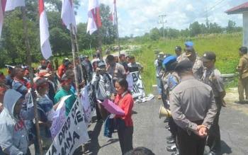 Puluhan pendemo pro Bupati Ahmad Yantenglie menggelar aksi demo damai di halaman kantor DPRD setempat untuk menuntut agar dewan tidak menindaklanjuti putusan MA, Senin (10/5/2017).