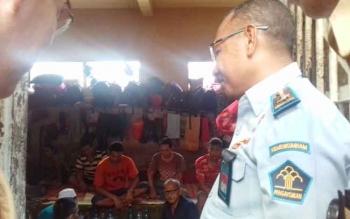 Kepala Devisi Pemasyarakatan Kanwil Kemenkumham Kalteng, Anthonius M Ayorbaba, saat mengecek kondisi WBP di Lapas Sampit.