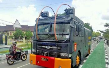 Satu dari dari tiga AWC terlihat disiagakan di jalan, depan Rektorat Universitas Palangka Raya.