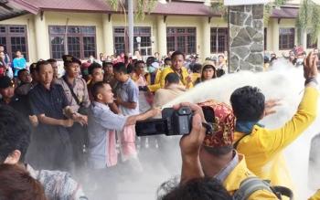 Aksi mahasiswa menuntut Rektor Universitas Palangka Raya, Senin (10/4/2017), sempat ricuh. Pria berpakaian preman menyemprot gas pemadam api ke arah mahasiswa. Aksi ini sempat memprovokasi mahasiswa.