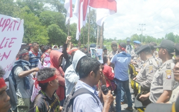 Para pendemo pro Bupati Ahmad Yantenglie saat menggelar orasi di depan pintu gerbang masuk DPRD Katingan, Senin (10/4/2017).
