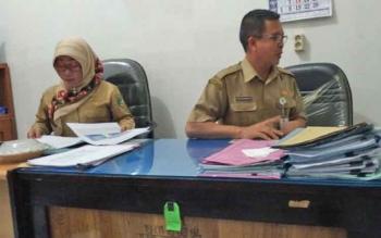 Kepala Disperindagsar, Hajrannor didampingi Kasi Promosi dan Pemasaran, Arin B Herawati saat ditemui Borneonews.co.id