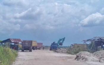 Rampak aktivitas galian C di Jalan Jenderal Sudirman Km 14 Sampit masih melakukan aktivitas, Senin (10/4/2017).