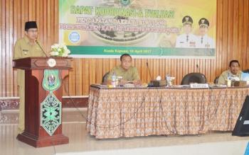 Wakil Bupati Kapuas Muhajirin saat menyampaikan sambutan tertulis Bupati Kapuas Ben Brahim S Bahat dalam Rapat Koordinasi dan Evaluasi Pendapatan Daerah Triwulan I di Kabupaten Kapuas, Senin (10/4/2017) pagi di Aula Bappeda.
