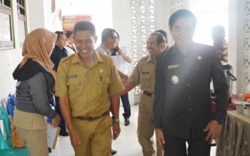 Wakil Bupati Barito Utara, Ompie Herby didampingi Kepala SMAN 1 Muara Teweh, Razikinnor memantau pelaksanaan UN di SMAN 1 Muara Teweh