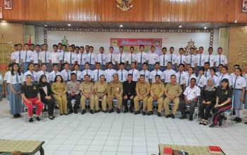 Kepala Disparpora Kabupaten Gunung Mas, Suprapto Sungan foto bersama dengan para siswa yang mengikuti seleksi calon anggota Paskibraka, Kuala Kurun, Senin (10/4/2017)