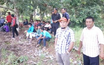 Edi Supian (kenakan topi) bersama puluhan pendemo di halaman kantor DPRD Katingan, Senin (10/4/2017)