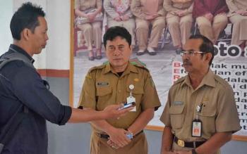 Kepala Dinas Pendidikan Kabupaten Barito Utara Masdulhaq didampingi Kepala Bidang SMA Ardian memberikan keterangan kepada wartawan, Senin (10/4/2017).