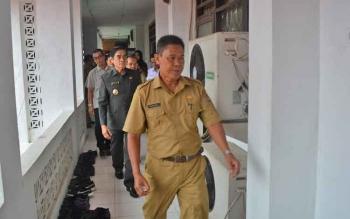 Kepala SMAN 1 Muara Teweh, Kabupaten Barito Utara, Razikinnor, mengantar Wakil Bupati Ompie Herby beserta rombongan meninjau pelaksanaan ujian nasional berbasis komputer, Senin (10/4/2017).