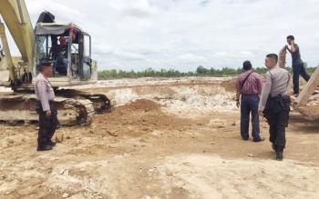 Sejumlah anggota Polres Kotim melakukan pengecekan di lokasi penambangan yang diduga tidak mengantongi izin.