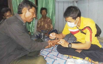 Dinas Kesehatan (Dinkes) Sukamara saat melakukan pengambilan sampel darah masyarakat di wilayah yang sudah ditentukan untuk eliminasi penyakit kaki gajah.