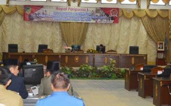Wakil Bupati Barito Utara Ompie Herby saat menyampaikan uraian LKPj Bupati tahun anggaran 2016 pada Rapat Paripurna, Senin (10/4/2017).