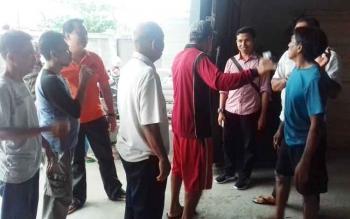 Warga dan Rustanto pemilik gudang bangunan di Jalan H Anang Santawi, Kelurahan MB Hilir, Kecamatan MB Ketapang, Kabupaten Kotim saat dilerai warga karena ingin bertengkar.