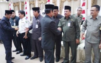 Wakil Bupati Barito Utara, Ompie Herby saat berjabat tangan dengan kepala dinas seusai sidang paripurna
