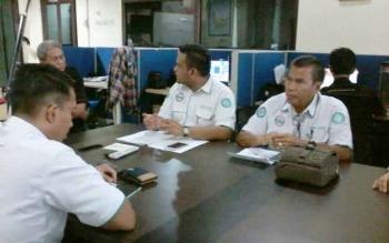 Kepala BPJS Cabang Sampit, Atulyadi bersama rombongan saat menyambangi Kantor Redaksi Borneonews