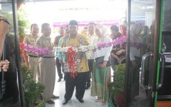 Bupati Sukamara Ahmad Dirman saat menggunting pita tanda diresmikannya bangunan asrama mahasiswa Sukamara di Palangka Raya.