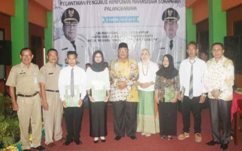 Bupati Sukamara Ahmad Dirman berfoto bersama mahasiswa Sukamara di Palangka Raya.