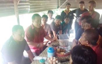 Wakil Ketua DPRD Provinsi H Heriansyah, Ketua Komisi II DPRD Kotim Rudianur saat bersama para sopir truk galian C di Sampit, Selasa (11/4/2017).