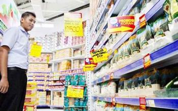 Loss Prevention Manager (LPM) Hypermart Pangkalan Bun, Riski Oktafian berada di depan gula pasir yang dijual Rp12.500 perkilogram di Hypermart Pangkalan Bun, Selasa (11/4/2017).