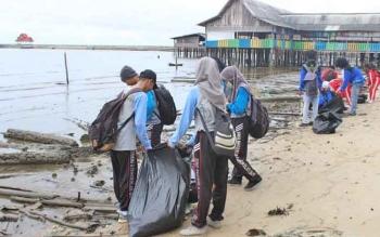 Sejumlah relawan memungut sampah di sekitar Pantai Kubu.