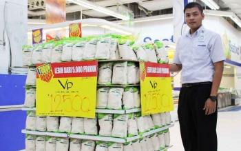 Salah satu karyawan di Hypermart berdiri di dekat gula pasir yang dijual dengan mengikuti harga eceran tertinggi yakni Rp12.500 perkilogram. Sementara di peritel modern lainnya Borneo Supermarket harganya belum mengikuti HET yang diresmikan pemerintah.