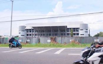 GOR Indoor proyek Dispora Kalteng di Jalan Tjilik Riwut Km 5,5 Palangka Raya ini mendeg