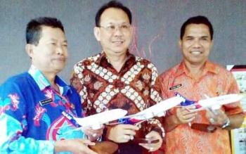 Kadishub Kobar Petrus Rinda (kanan) dan Presdir Sriwijaya Air Candra Lie (tengah) serta Kadishub Kotim, Fadlian Noor di Jakarta membahas pembukaan rute Baru ke Pangkalan Bun dan Sampit, Selasa (11/4/2017)
