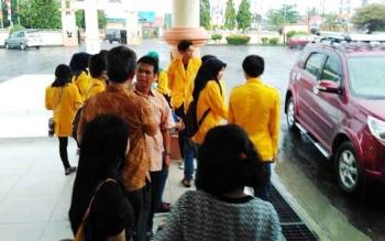 Mahasiswa dari Universitas Palangka Raya yang menjalankan program KKN saat berada di kantor Bupati Pulang Pisau, Selasa (11/4/2017).