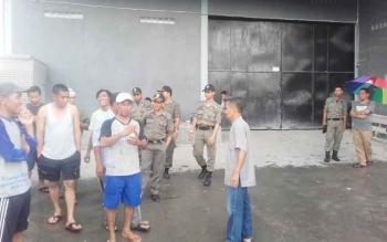 Warga saat dibubarkan oleh petugas Satpol PP di gudang Jaya Bangunan yang keberadaannya terus menuai polemik.