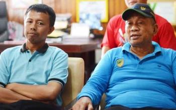 Kepala Dinas Kesehatan Kabupaten Barito Utara Robansyah (kanan) bersama stafnya saat memberikan keterangan kepada wartawan di ruangannya, Selasa (11/4/2017).
