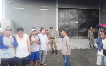 Warga saat dibubarkan petugas Satpol PP di gudang Jaya Bangunan yang keberadaannya terus menuai polemik.