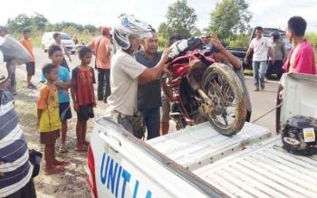Barang bukti berupa sebuah motor yang digunakan begal untuk beraksi dinaikkan ke dalam mobil polisi, setelah berhasil ditangkap beberapa waktu lalu.